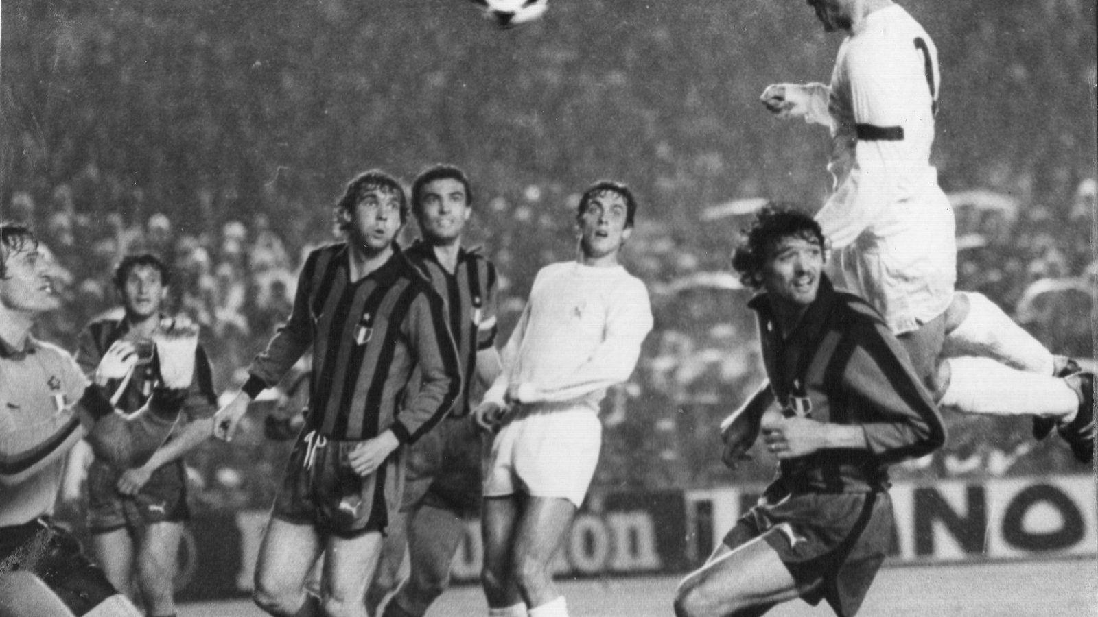 Foto: Santillana remata de cabeza en un partido del Real Madrid contra el Inter