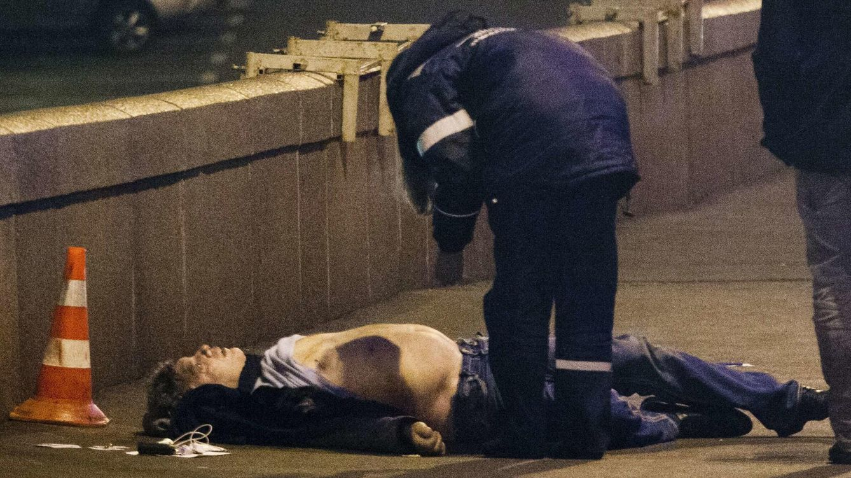 Foto: El cuerpo de Nemtsov, en pleno centro de Moscú, donde fue asesinado. (Reuters)