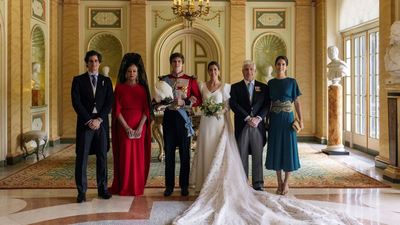 El duque de Alba y Matilde Solís, con sus hijos y sus esposas. (Alejandra Ortiz/EFE)