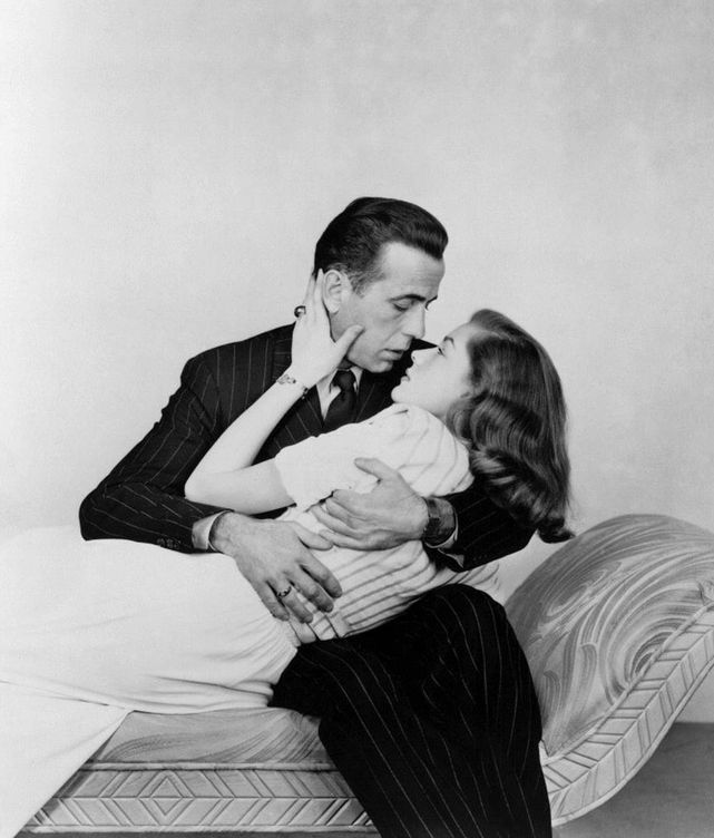 Foto: Humphrey Bogart y Lauren Bacall a punto de besarse. (EFE)