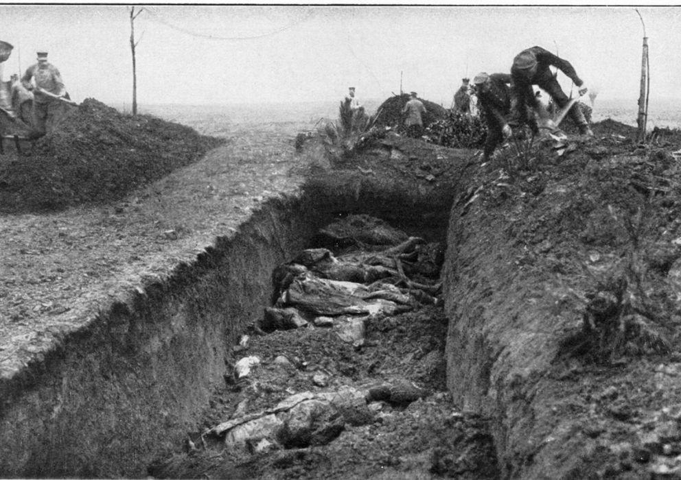 Foto: Soldados alemanes enterrando a los caídos en la Primera Guerra Mundial (CC)