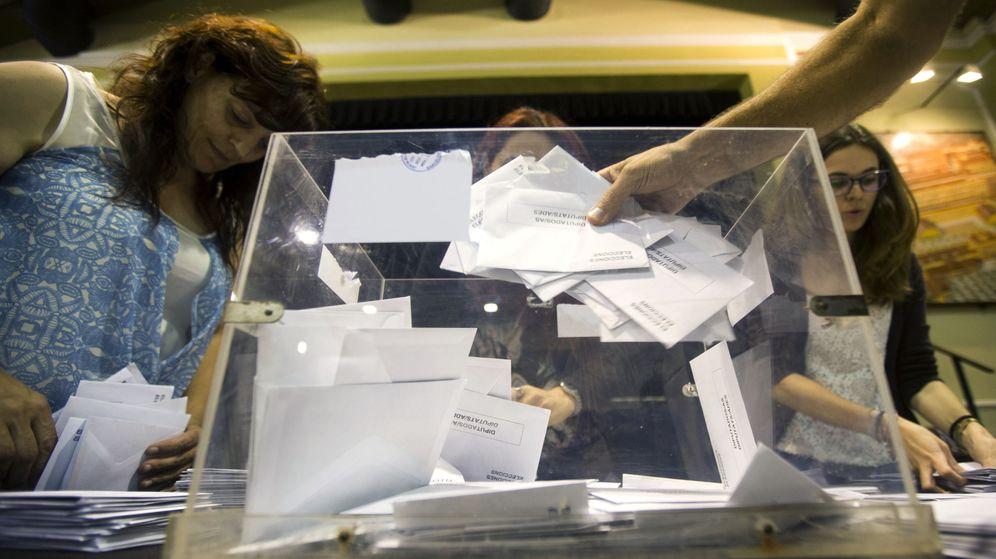 Foto: - Miembros de una mesa electoral durante el recuento de votos tras el cierre de los colegios en Barcelona. (EFE)