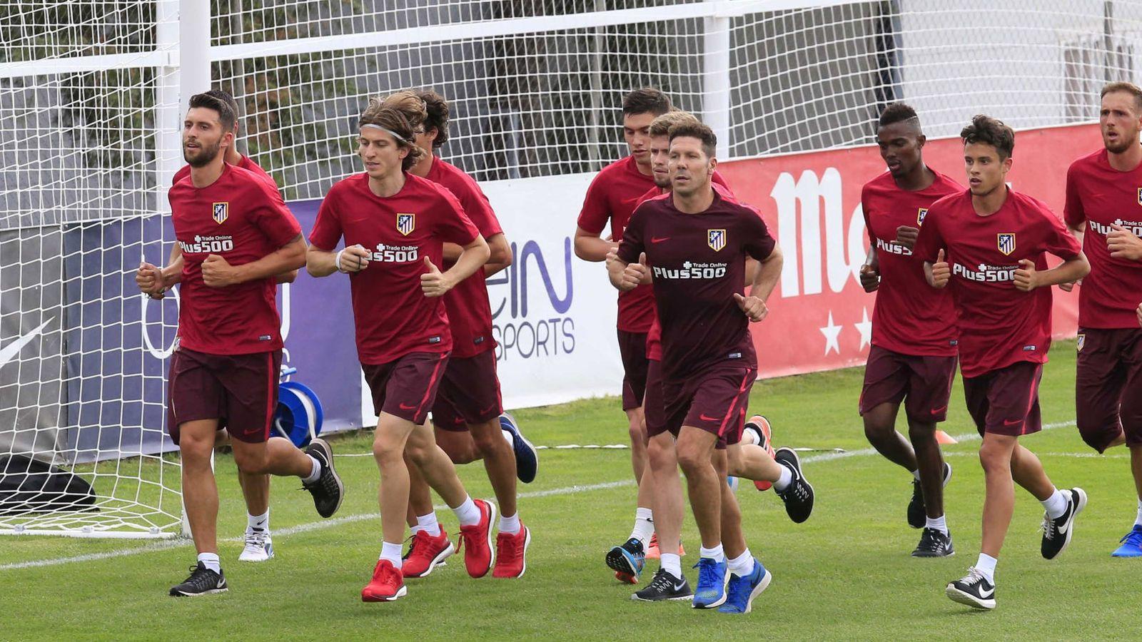 Foto: Mensah, el cuarto por la izquierda, en el primer entrenamiento del Atlético (Zipi/EFE)