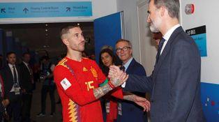 El aplauso de la Selección española a Felipe VI tras sus palabras en el vestuario