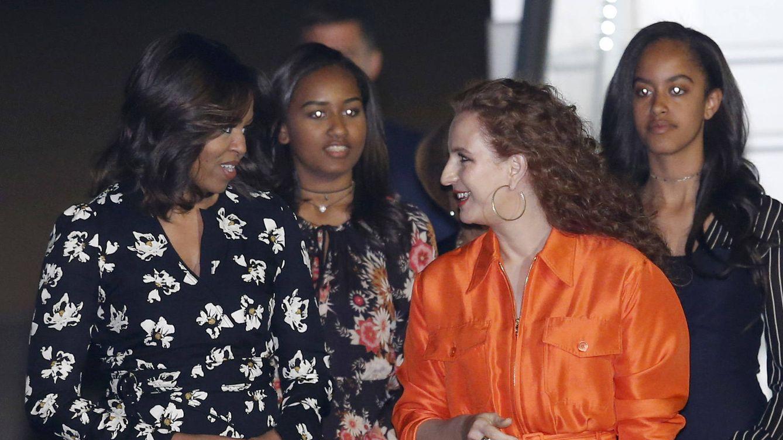 Foto: Michelle conversando con Lalla Salma. Detrás, las hijas de los Obama, Malia y Sasha (Gtres)