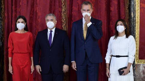 Letizia se quita la mascarilla en el Palacio Real para recibir al presidente de Colombia