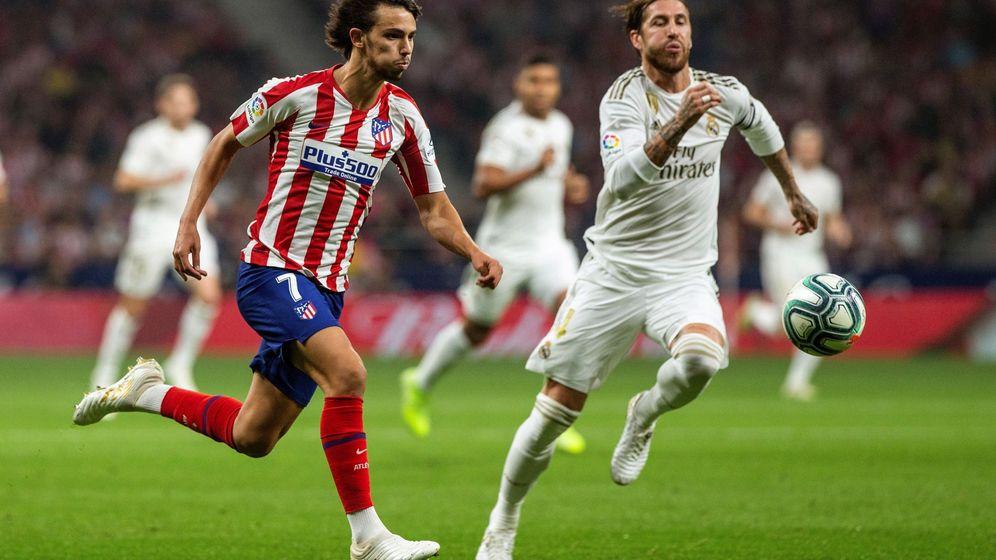 Foto: Joao Félix pugna por un balón en una carrera con Sergio Ramos en el derbi del Wanda Metropolitano. (EFE)