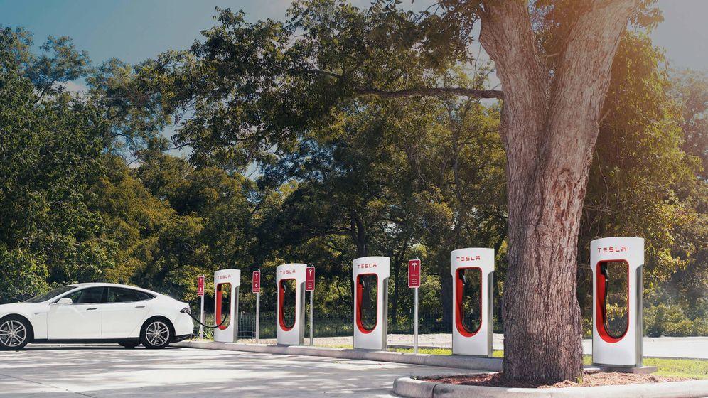 Foto: Un Tesla Model S, cargando en una estación de California. (Reuters)