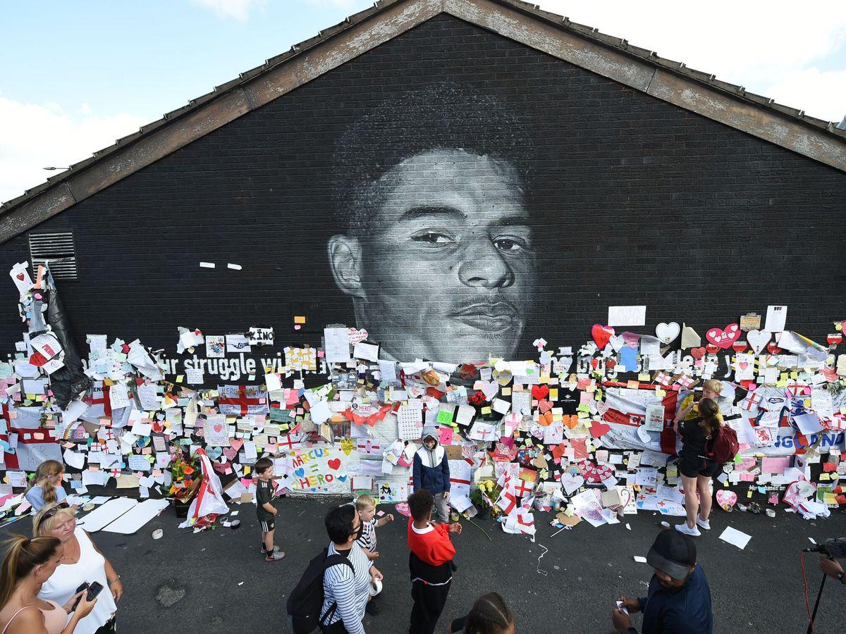 Foto: Un mural de Rashford, en su Withington natal tras la polémica. (Reuters)