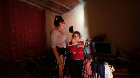 Aislados, sin dinero y 50 días sin luz: la miseria de 4.000 personas en la Cañada Real