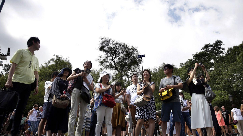 Turistas asiáticos ante la Sagrada Familia.