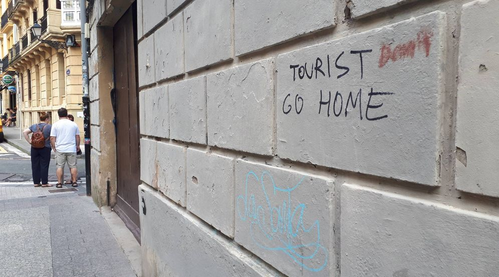 Foto: Una pintada pide a los turistas que se vayan a casa esta semana en la Parte Vieja donostiarra. (E.C.)