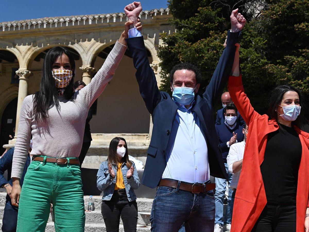 Foto: El candidato de Ciudadanos a la Comunidad de Madrid, Edmundo Bal (c) junto a Inés Arrimadas (d) y Begoña Villacís (i). (EFE)