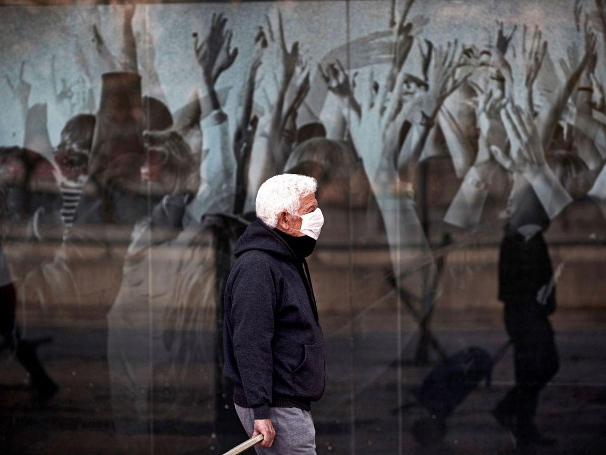 Foto: Un hombre camina por una calle de Barcelona, este miércoles. (EFE)