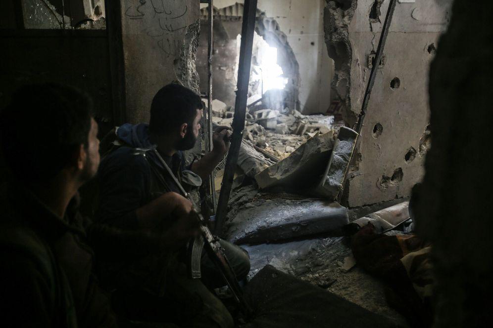 Foto: Insurgentes sirios toman posiciones en un edificio dañado en el barrio de Teshreen, en el extrarradio de Damasco, en abril de 2017. (EFE)