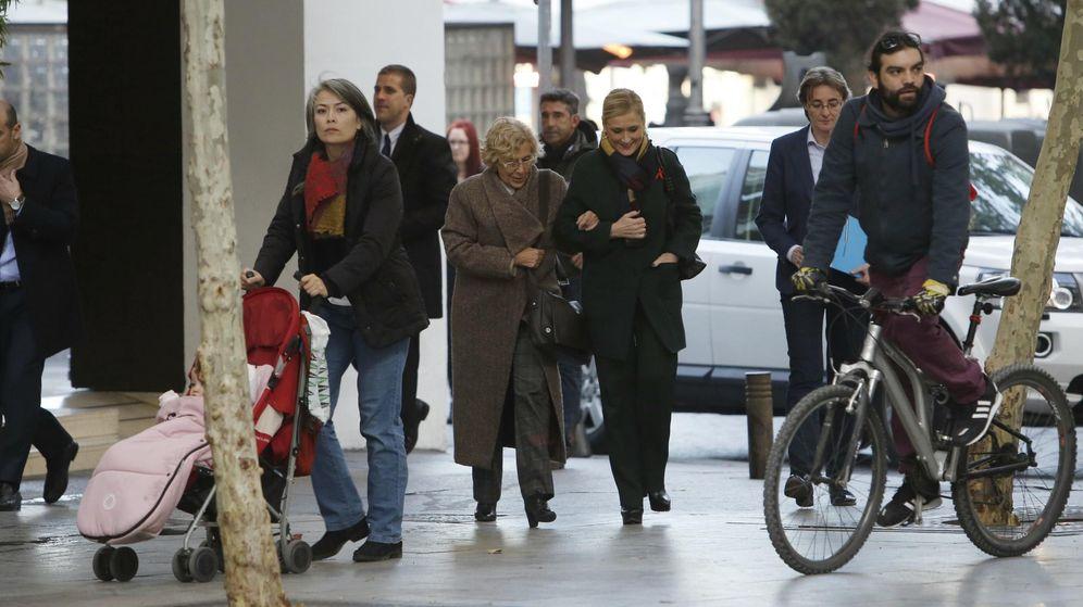 Foto: Carmena y Cifuentes pasean por el centro de Madrid tras comer juntas. (Cordon Press)