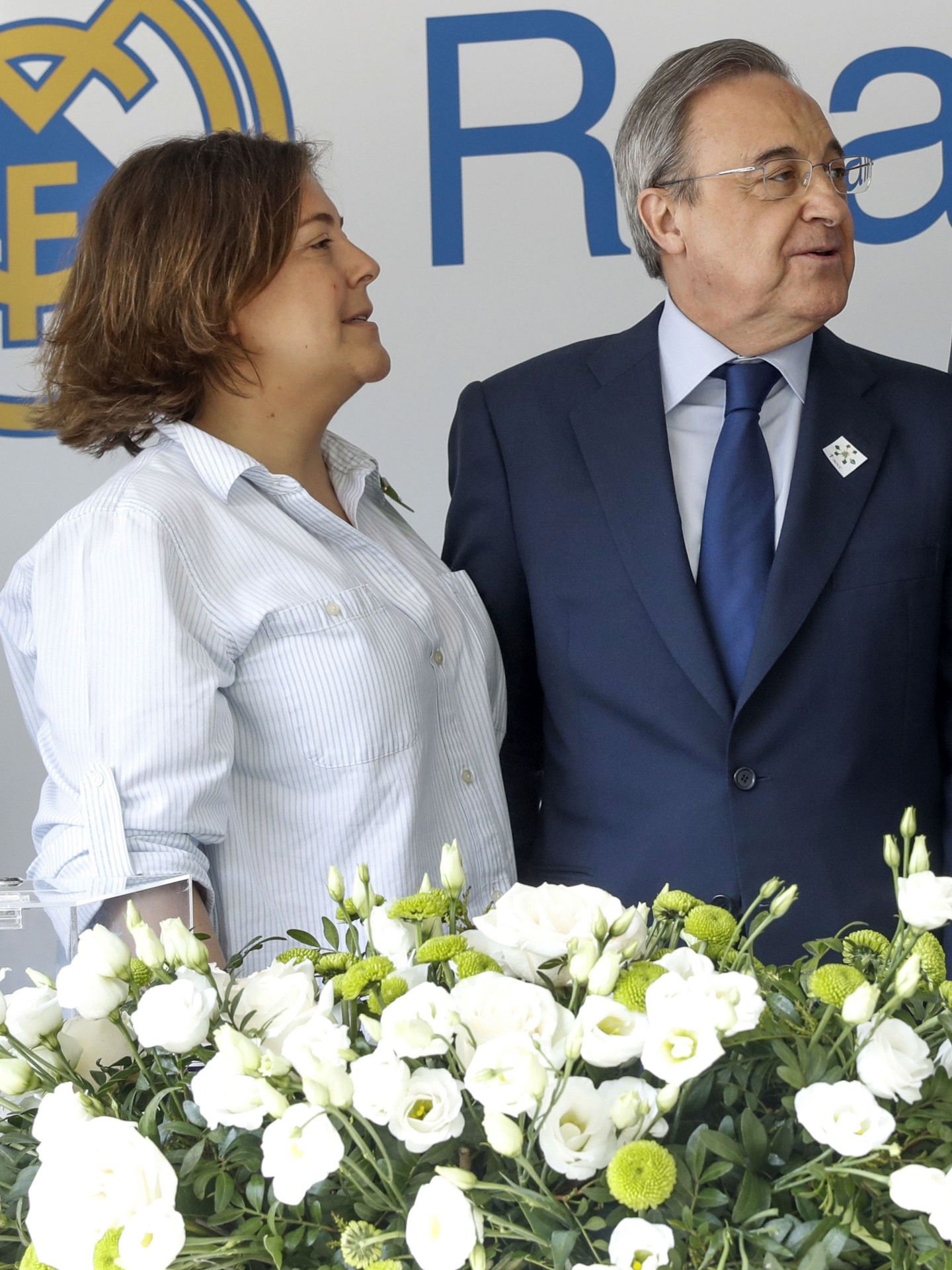 Florentino, con su hija Cuchy en una mesa de cuestación contra el cáncer. (EFE)