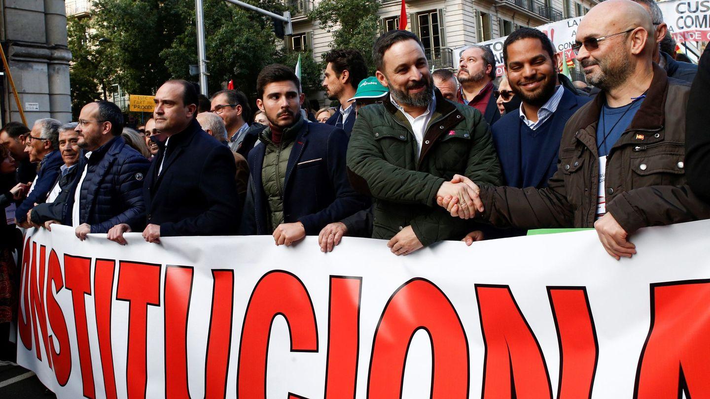 Santiago Abascal participa en la manifestación en Barcelona con motivo del día de la Constitución. (EFE)