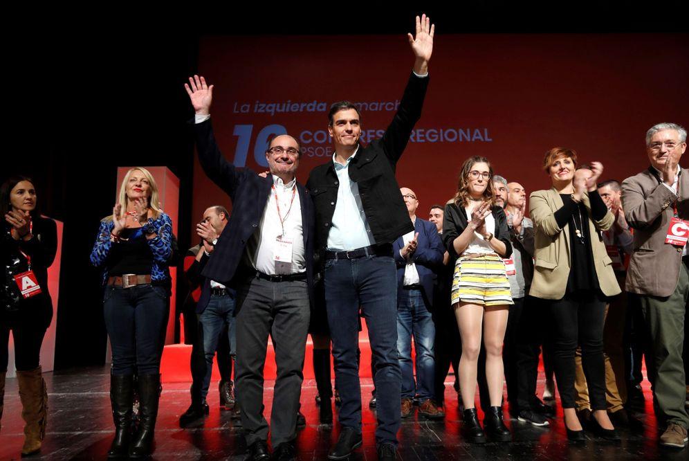 Foto: Pedro Sánchez y el presidente aragonés y reelegido secretario regional, Javier Lambán, este 5 de noviembre en la clausura del 16º Congreso, en Zaragoza. (EFE)
