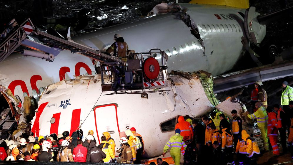 Foto: El avión, partido en tres. (Reuters)