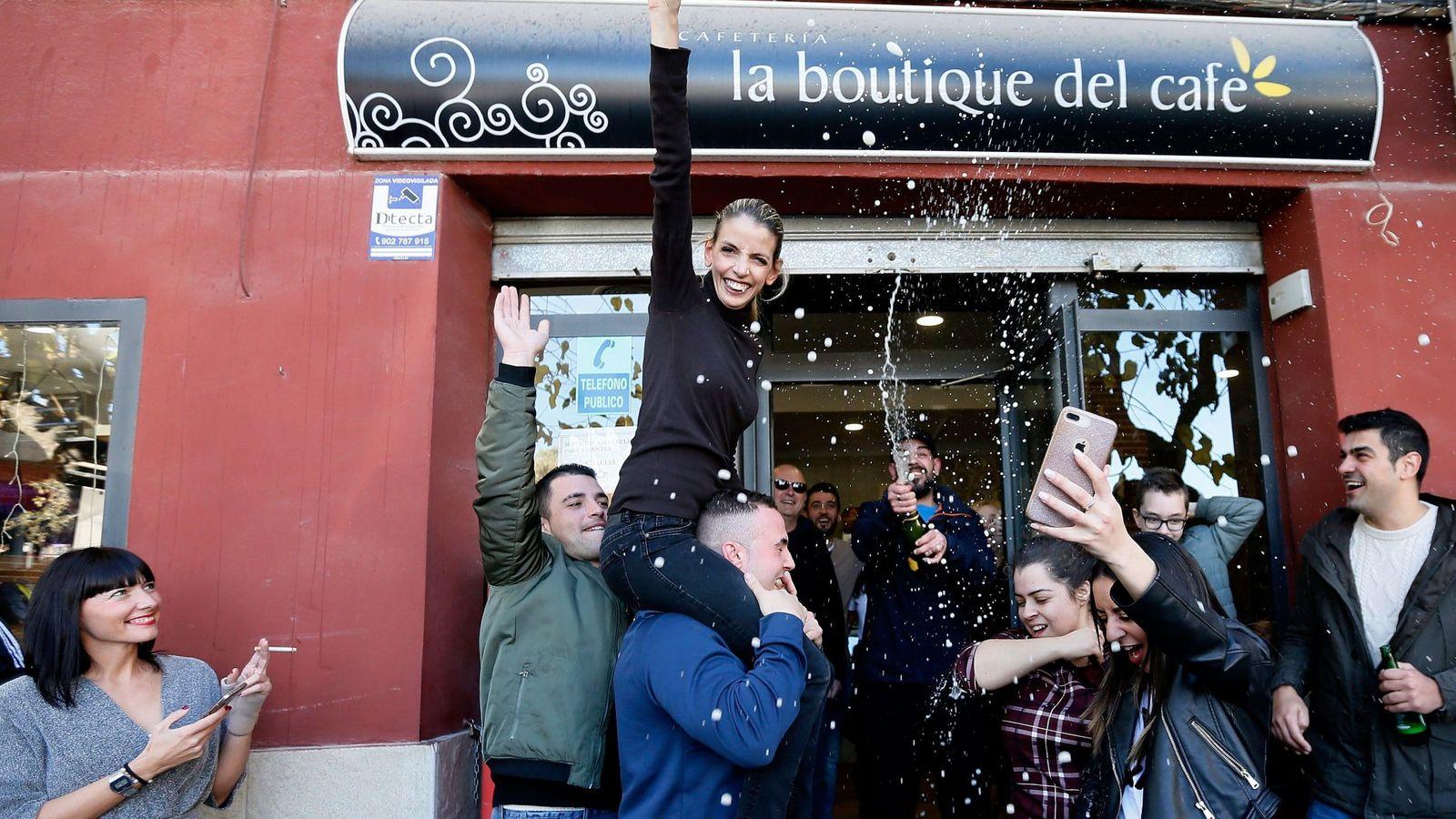 Foto: Vecinos de Alicante celebran un premio en la Lotería de Navidad. (EFE)