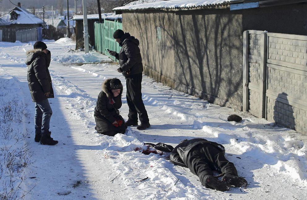 Foto: Galina Bayeva llora ante el cadáver de su padre, muerto por fuego de artillería en el distrito Azotny, en Donétsk, este de Ucrania (Reuters).