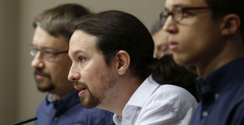 Pablo Iglesias, con Xavi Domènech e Íñigo Errejón, este viernes en el Congreso. (EFE)