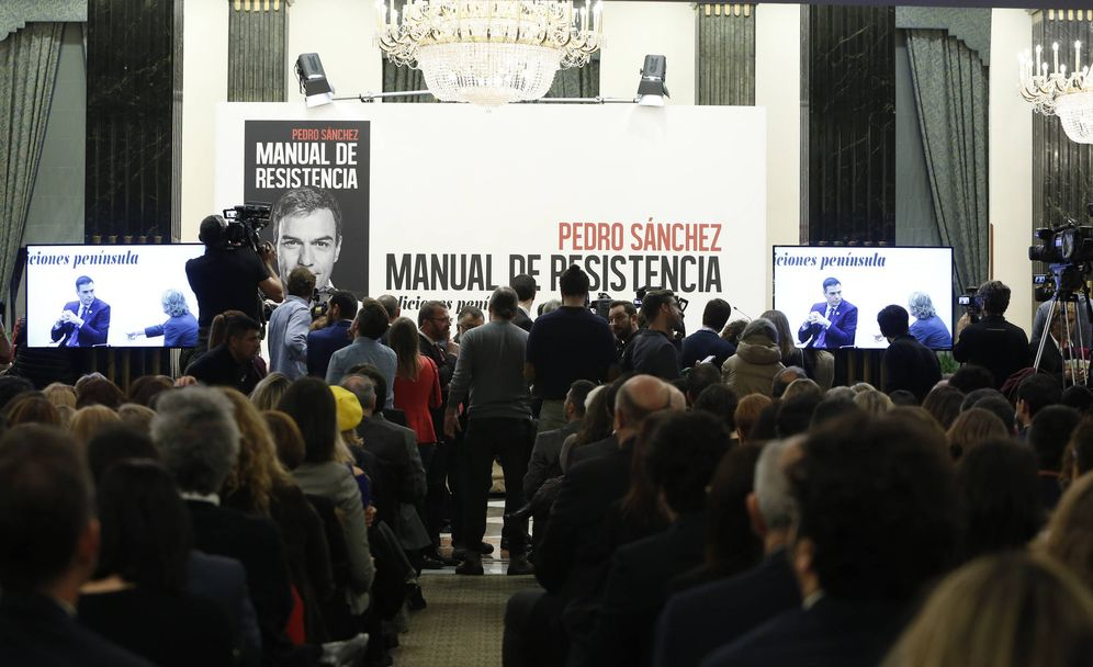 Foto: Pedro Sánchez, con Mercedes Milá y Jesús Calleja, el pasado 21 de febrero en la presentación de 'Manual de resistencia'. (Inma Mesa | PSOE)