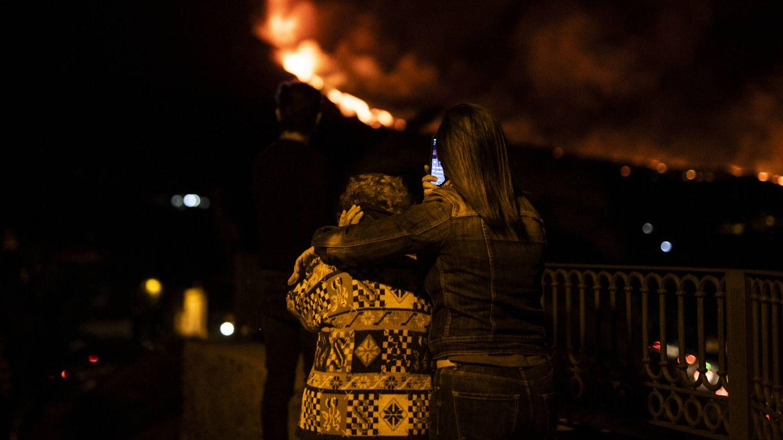 Vecinos contemplando la lava del volcán en la isla. (Alejandro Martínez Vélez)
