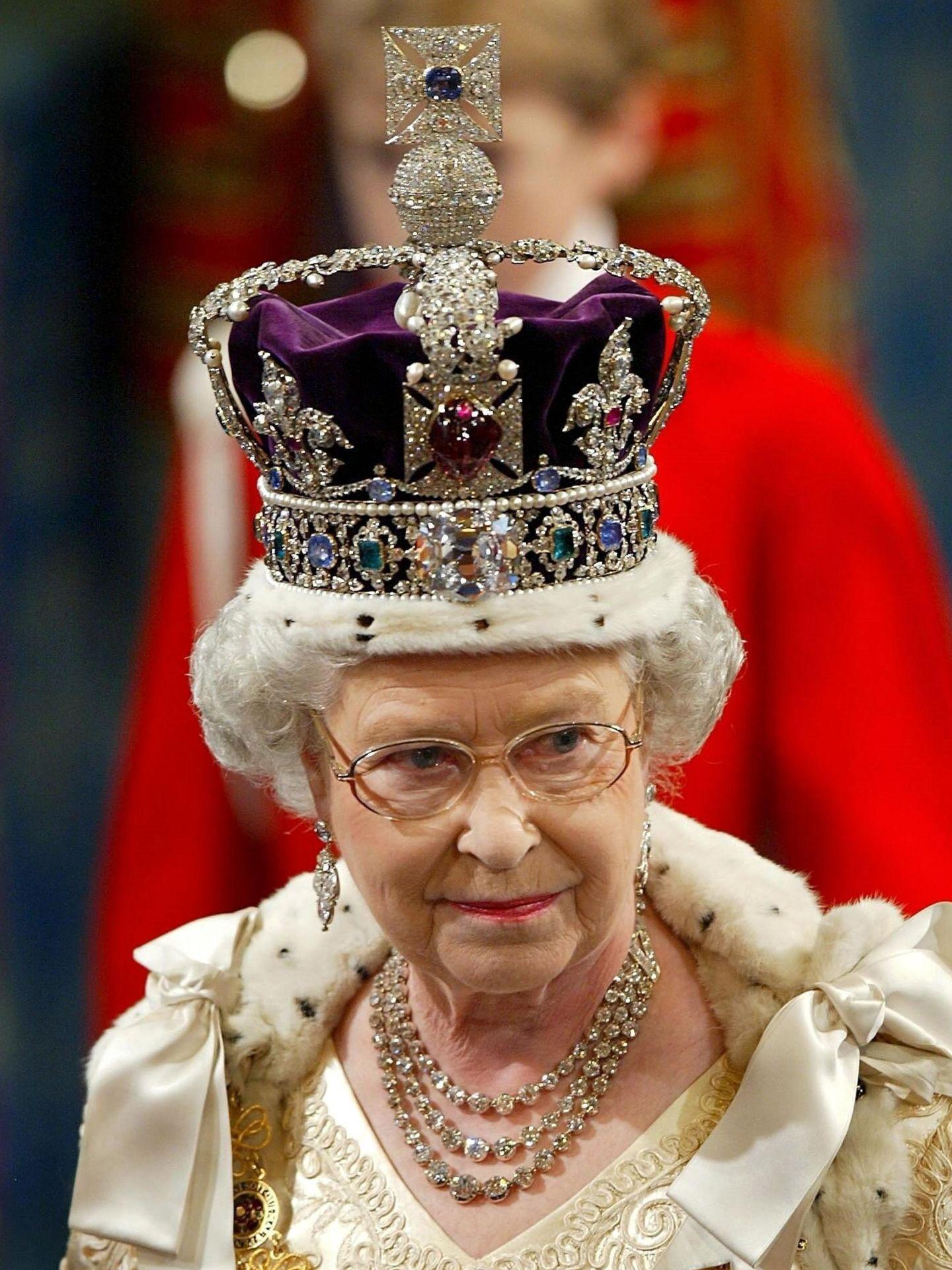 La reina Isabel II, con la corona imperial. (EFE)