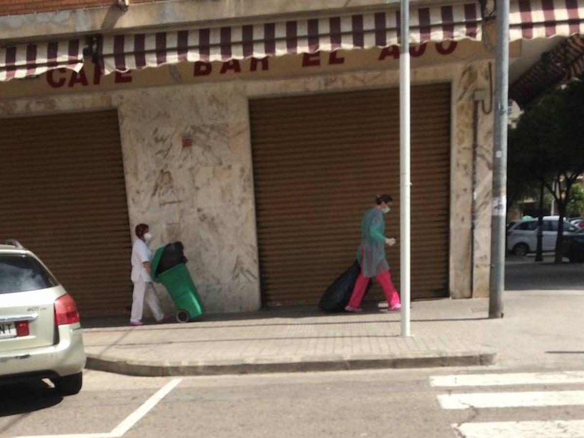 Foto: Trabajadoras de la residencia de Valencia, operando residuos sin precintar.