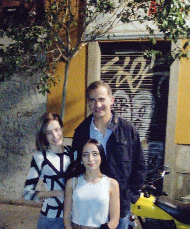 Foto: Los Reyes posan con una ciudadana en su salida por Malasaña (Twitter)