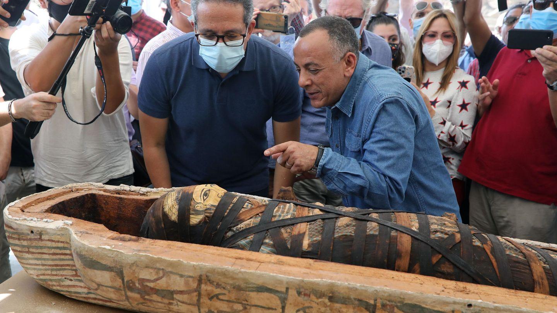 Las autoridades egipcias, durante la apertura del sarcófago. Foto: EFE EPA KHALED ELFIQI
