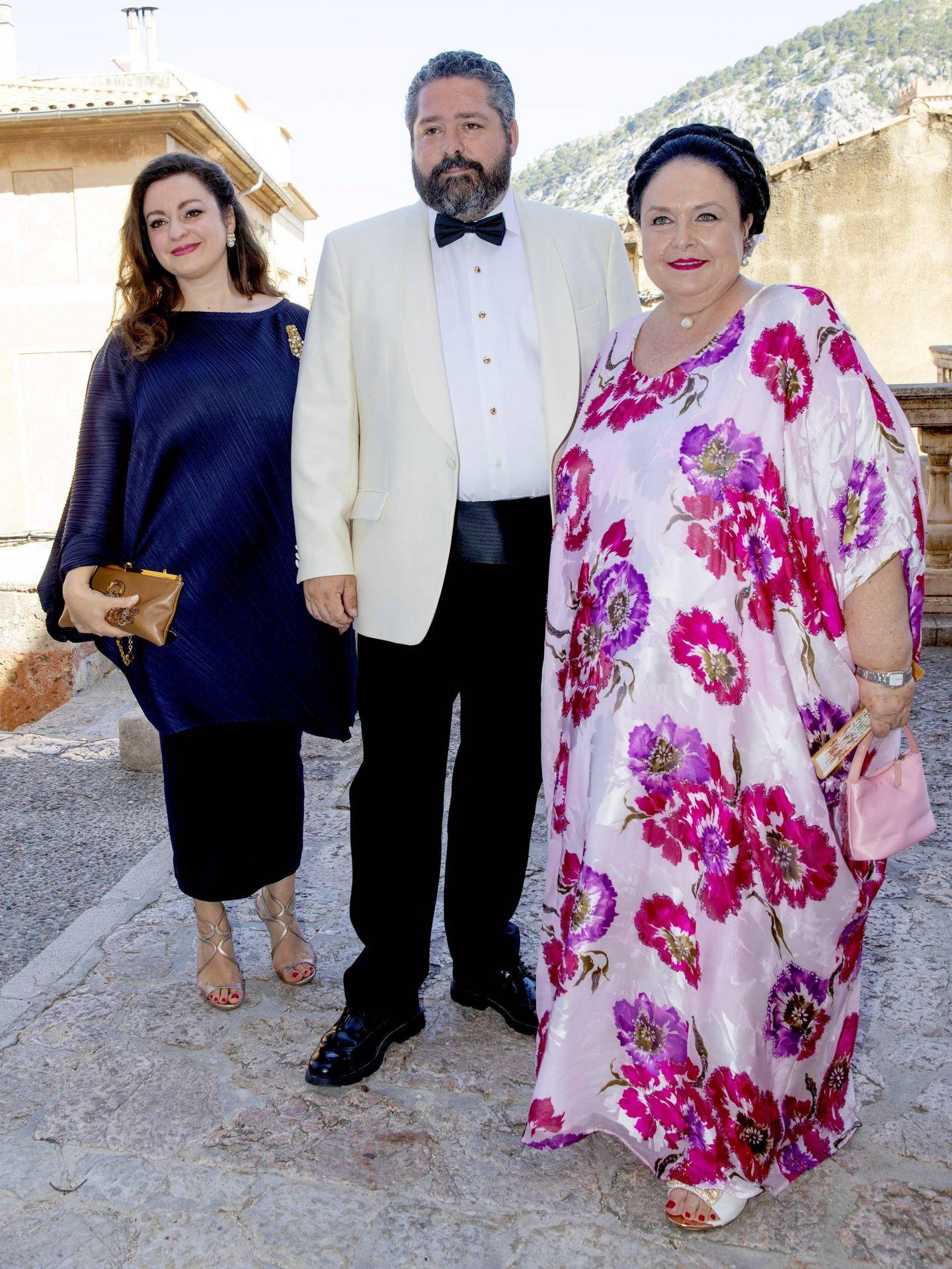 María de Rusia, con su hijo y su nuera, en una boda en Mallorca en 2019. (Cordon Press)