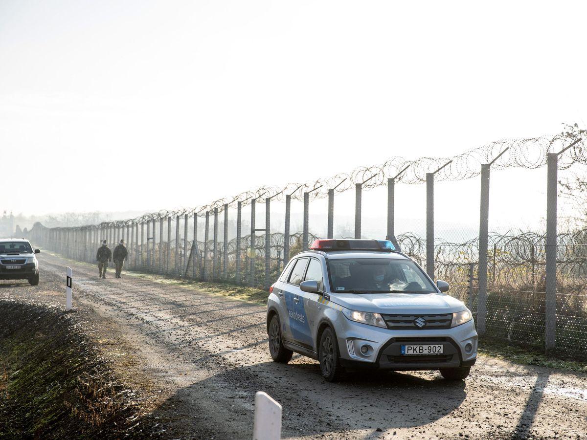Foto: Vallas en la frontera de Hungría con Serbia, en 2020. (EFE)