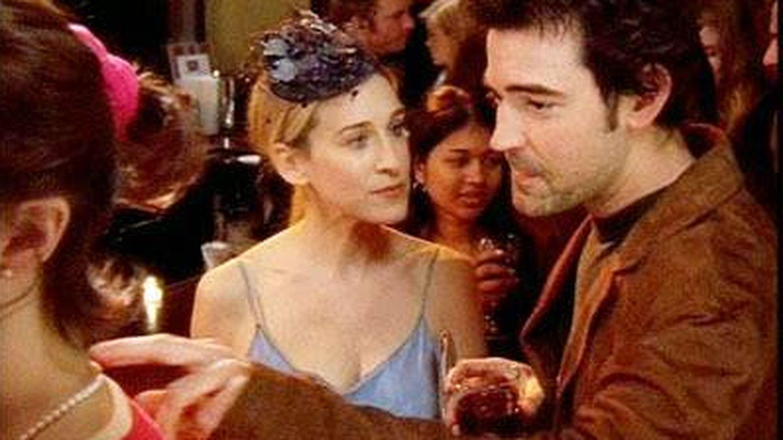 El novio de Carrie Bradhshaw se dispone a interrogar a una mujer que lleva un coletero. (HBO)