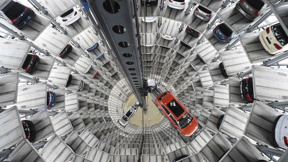 Foto: Torre de entrega de los modelos Golf VII y Passat en la planta alemana de Volkswagen en Wolfsburg. (Reuters)