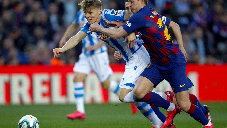 Odegaard disputa el balón con De Jong, durante el FC Barcelona-Real Sociedad. (EFE)