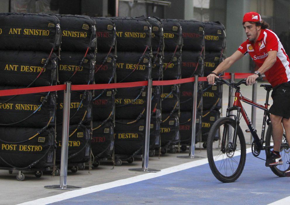 Foto: Ver a Fernando Alonso con una bicicleta por un circuito es ya algo habitual.