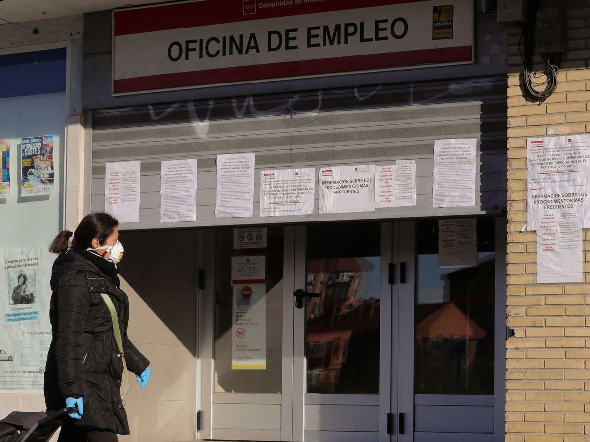 Foto: Una mujer pasa ante una oficina de empleo (EFE)