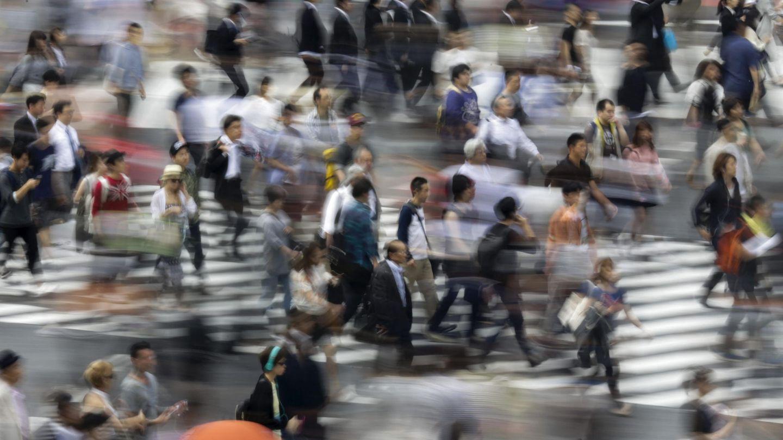 Peatones atraviesan un paso de cebra en Tokio. (EFE)