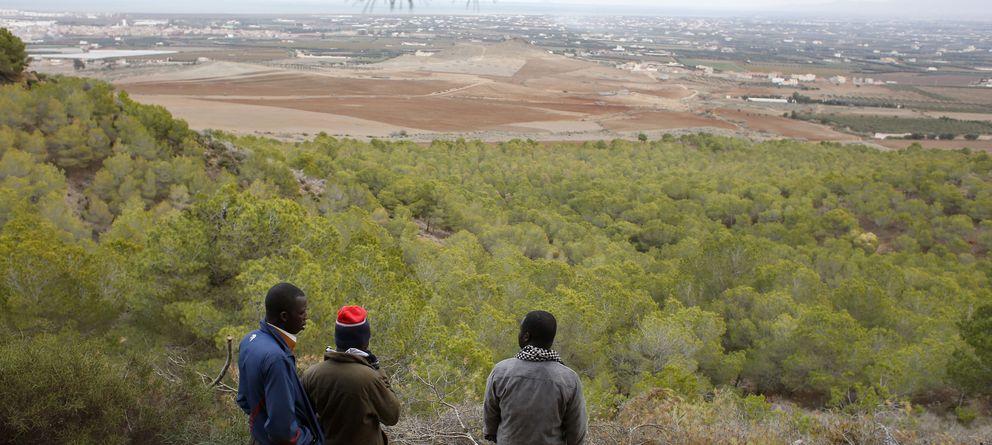 Foto: Inmigrantes subsaharianos cerca de un campamento clandestino en Bolingo, norte de Marruecos (Reuters).