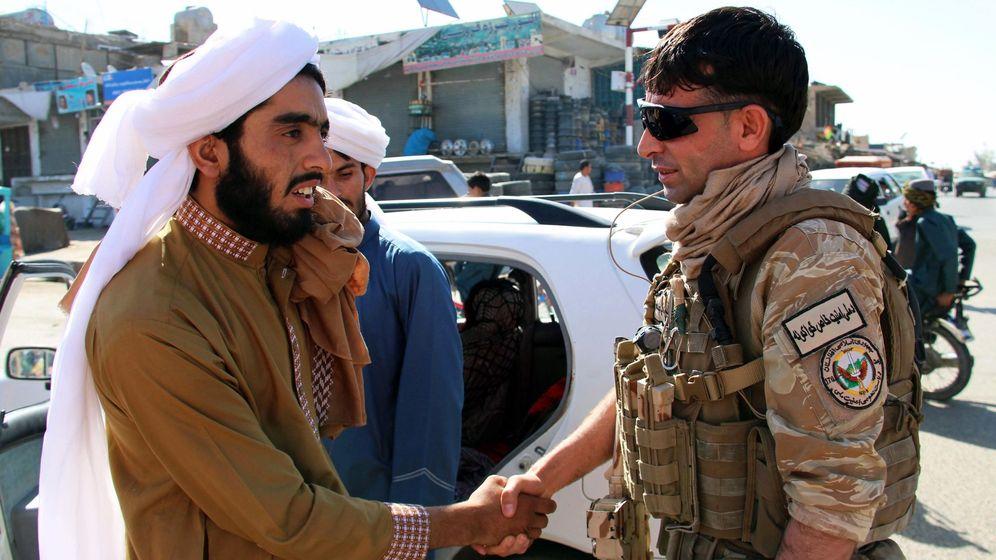 Foto: Un miembro de las fuerzas afganas saluda a un ciudadano. (EFE)