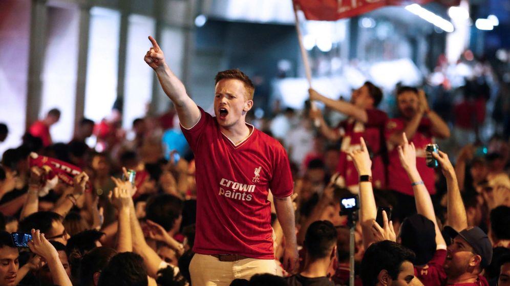 Foto: Hinchas del Liverpool celebran la victoria de su equipo en la Champions. (EFE)