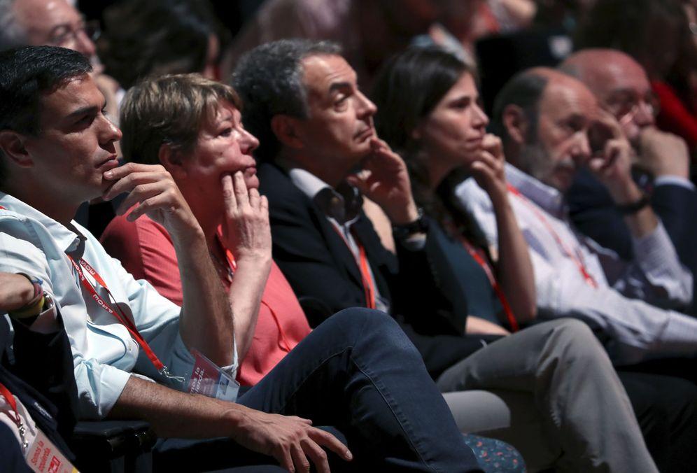 Foto: Pedro Sánchez, con José Luis Rodríguez Zapatero, Alfredo Pérez Rubalcaba y Joaquín Almunia, el pasado 17 de junio en el 39º Congreso del PSOE. (EFE)