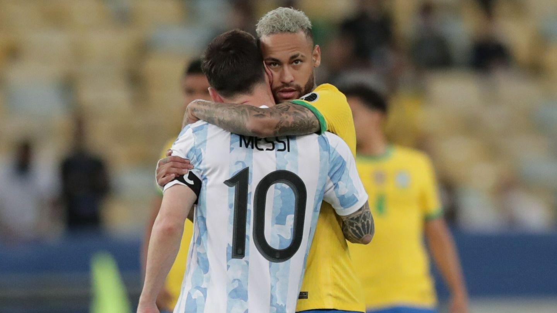 Abrazo entre Messi y Neymar tras la final. (EFE)