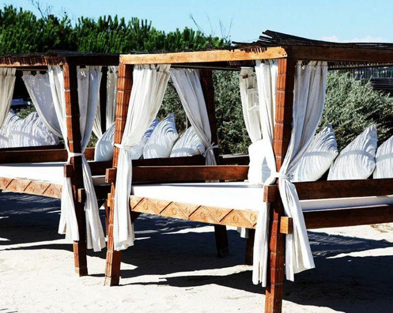 Imagen de las camas del Nikki Beach Marbella