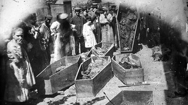 Tumbas profanadas en una iglesia barcelonesa. (J. M. de Segarra)