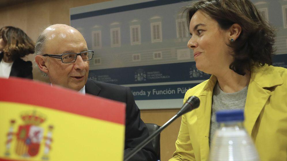 Foto: El ministro de Hacienda, Cristóbal Montoro, junto a la vicepresidenta, Soraya Sáenz de Santamaría (Efe)