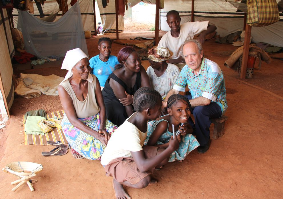 Foto: El padre salesiano Agustín Cuevas con desplazados por la violencia en República Centroafricana en la iglesia de Saint Jean Bosco, en Bangui (Trinidad Deiros).